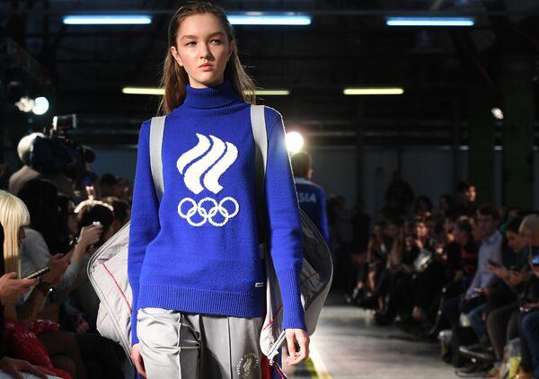 Модель демонстрирует одежду из экипировки Олимпийской команды