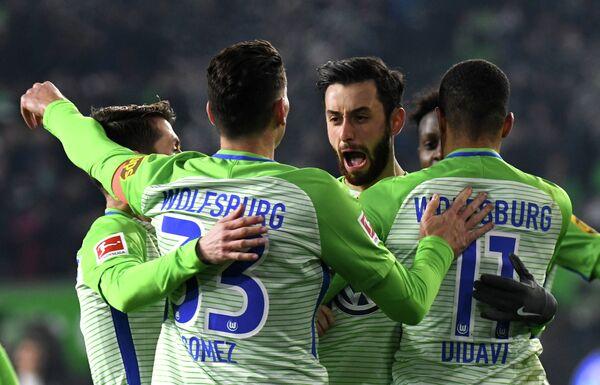 Футболисты Вольфсбурга радуются забитому мячу