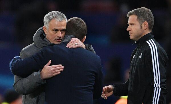 Главный тренер ФК Манчестер Юнайтед Жозе Моуринью (слева)