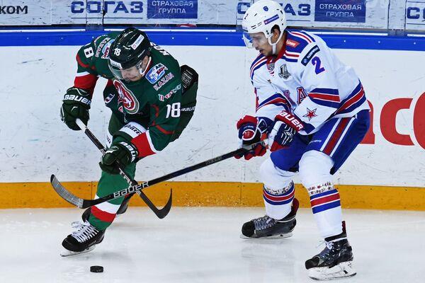 Нападающий ХК Ак Барс Ярослав Косов (слева) и защитник ХК СКА Артём Зуб