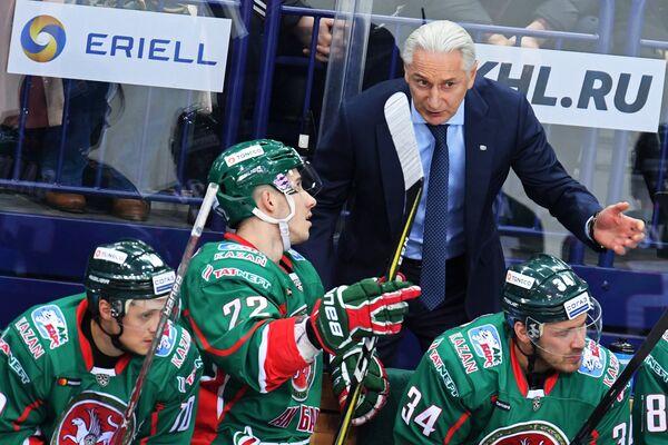 Главный тренер ХК Ак Барс Зинэтула Билялетдинов (второй справа)