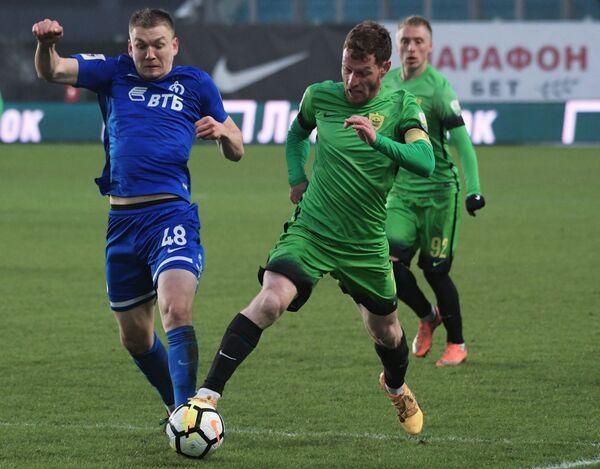 Форвард Динамо Евгений Луценко (слева) и защитник Анжи Гурам Тетрашвили
