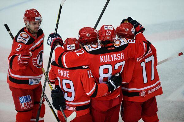 Хоккеисты Автомобилиста Станислав Егоршев, Франсис Паре, Денис Куляш и Илья Крикунов празднуют заброшенную шайбу