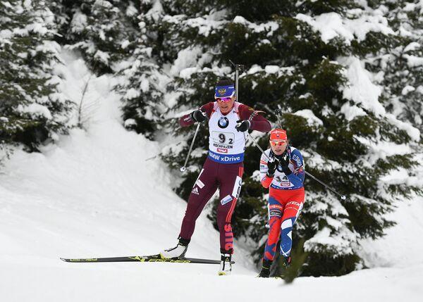 Биатлонистка сборной России Татьяна Акимова (слева)
