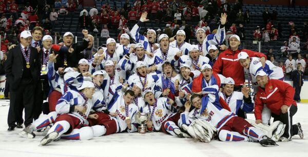 Хоккеисты и тренеры молодежной сборной России по хоккею (2011 год)