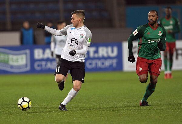 Полузащитники ФК Тосно Максим Палиенко (слева) и  ФК Локомотив Мануэл Фернандеш