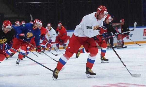 Капитан сборной России по хоккею Илья Ковальчук (на первом плане)