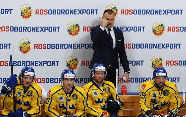 тренер сборной Швеции Рикард Грёнборг (второй справа)