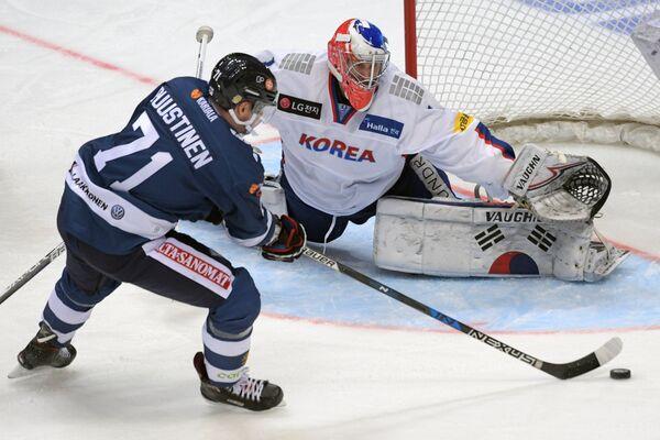Форвард сборной Финляндии Юусо Пуустинен (слева) и вратарь сборной Южной Кореи Мэтт Далтон