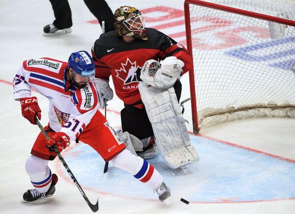 Форвард сборной Чехии Роман Хорак (слева) и вратарь сборной Канады Барри Браст