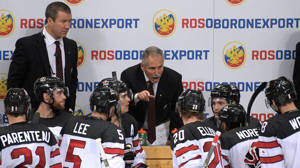Главный тренер сборной Канады Уилли Дежарден (в центре на втором плане)