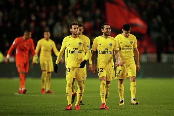 Футболисты Пари Сен-Жермен Неймар и Дани Алвес (в центре слева направо)