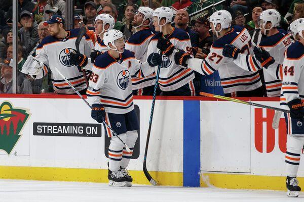 Нападающий клуба НХЛ Эдмонтон Ойлерз Райан Нюджент-Хопкинс (на переднем плане)