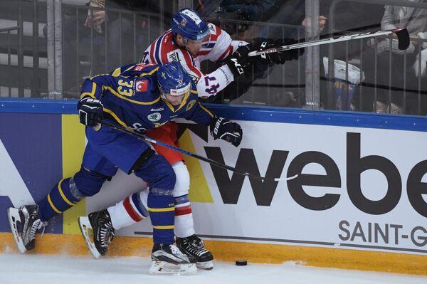 Нападающий сборной Швеции Александер Бергстрём (слева) и защитник сборной Чехии Михал Йордан