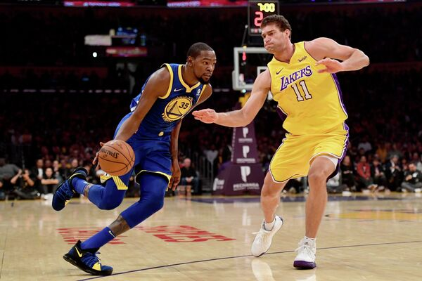 Форвард клуба НБА Голден Стэйт Уорриорз Кевин Дюрэнт и центровой  Лос-Анджелес Лейкерс Брук Лопес (слева направо)