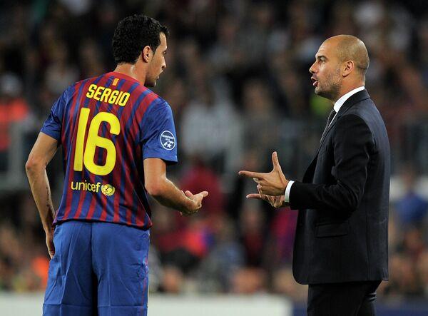 Полузащитник испанской Барселоны Серхио Бускетс и главный тренер английского Манчестер Сити Хосеп Гвардиола (слева направо)