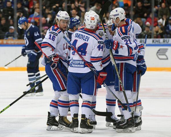 Хоккеисты СКА радуются заброшенной шайбе