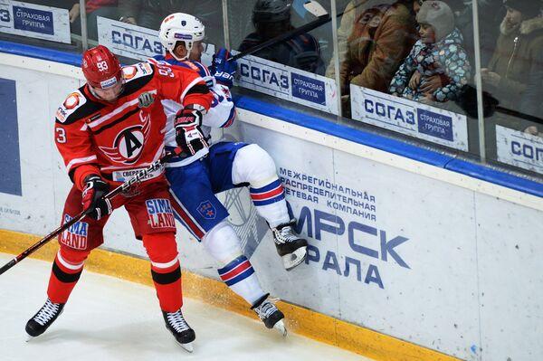 Защитник Автомобилиста Алексей Василевский (слева) и форвард СКА Сергей Широков