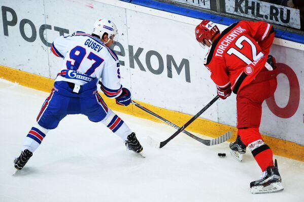 Форвард СКА Никита Гусев (слева) и нападающий Автомобилиста Александр Торченюк
