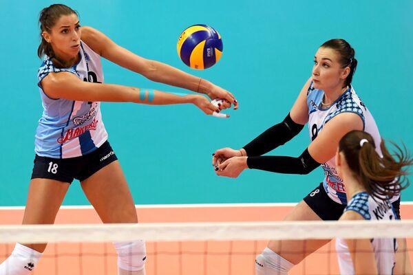 Игроки Динамо-Казань Элица Василева (слева) и Ирина Воронкова