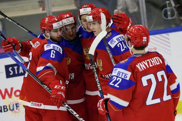 Форвард молодежной сборной России Клим Костин (второй справа)