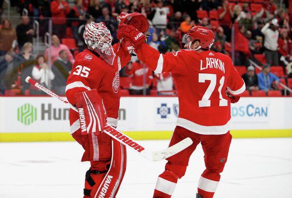 Хоккеисты Детройт Ред Уингз Дилан Ларкин (справа) и Джимми Хоуард