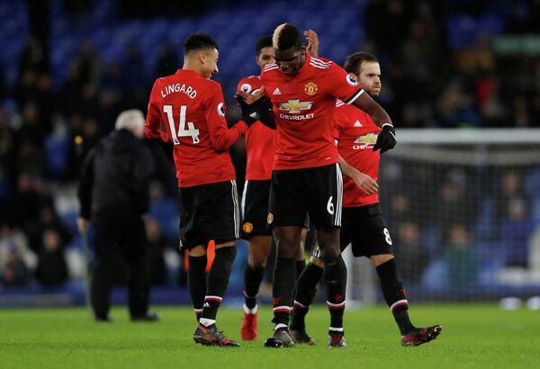Полузащитники английского Манчестер Юнайтед Джесси Лингард и Поль Погба (слева направо на переднем плане)