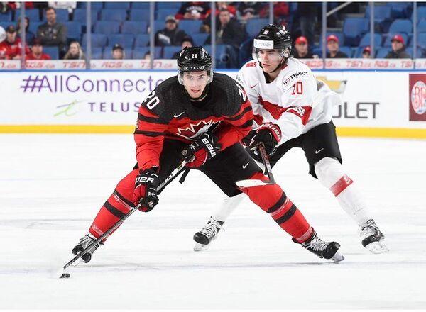Нападающий молодежной сборной Канады по хоккею Майкл Маклеод (слева) и форвард молодежной сборной Швейцарии Свен Лауенбергер