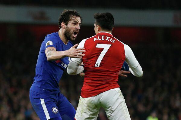 Полузащитник Челси Сеск Фабрегас (слева) и нападающий Арсенала Алексис Санчес