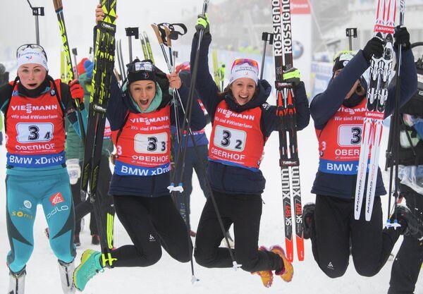 Французские биатлонистки Анаис Бескон, Анаис Шевалье, Селия Эмонье, Жюстин Бреза (справа налево)
