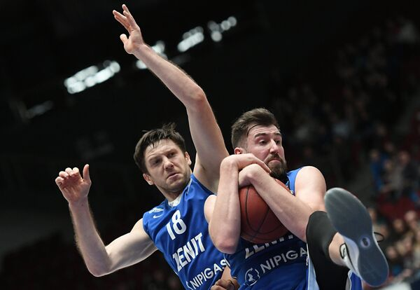 Игроки БК Зенит Евгений Воронов (слева) и Сергей Карасев