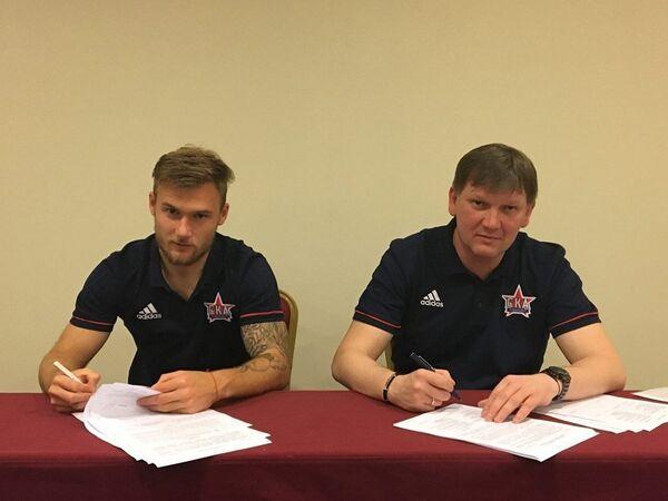 Сергей Макаров (слева) подписывает контракт с ФК СКА-Хабаровск