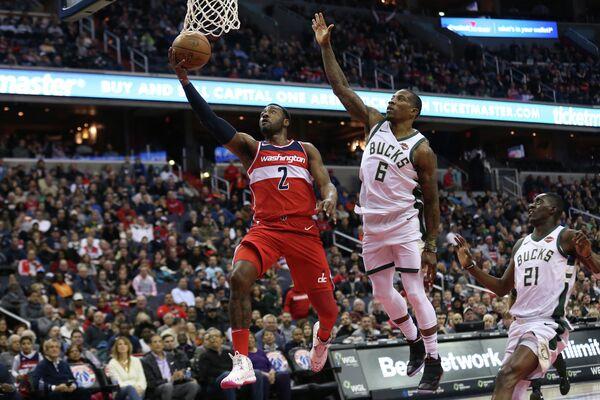Защитники клубов НБА Вашингтон Уизардз Джон Уолл (№2) и клуба Милуоки Бакс Эрик Бледсо (6)