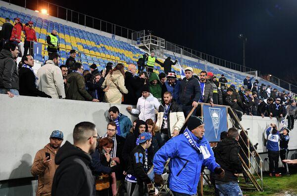 Эвакуация болельщиков с трибуны во время матча Эшторил - Порту