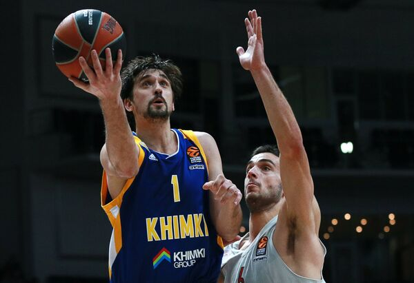 Игрок БК Химки Алексей Швед (слева) и игрок БК Олимпиакос Иоаннис Папапетру