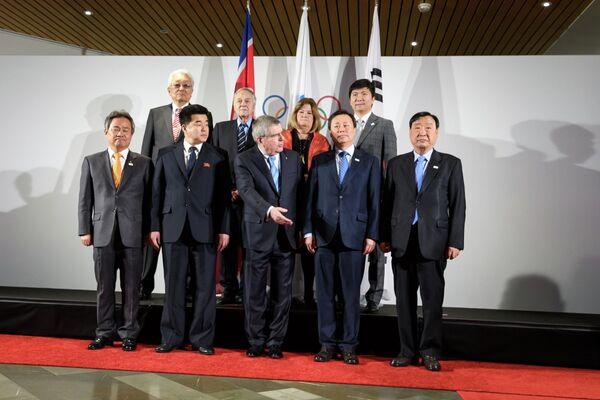 Участники четырехсторонней встречи по участию спортсменов из Северной Кореи в зимней Олимпиаде в Пхенчхане