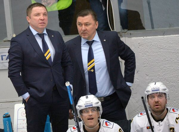Главный тренер ХК Северсталь Александр Гулявцев (слева)