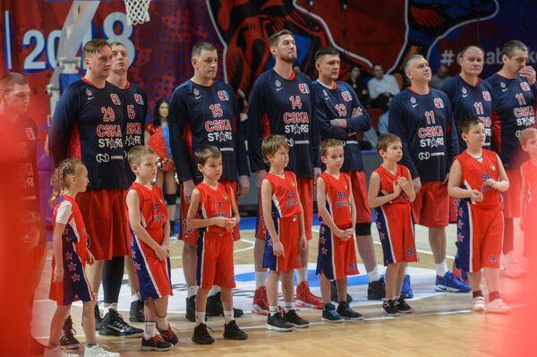 Игроки команды красных перед началом матча, посвященного 90-летию Александра Гомельского