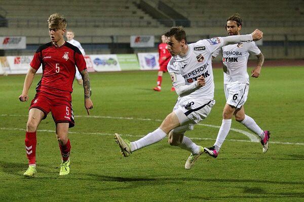 Игровой момент товарищеского матча Урал - молодежная сборная Литвы
