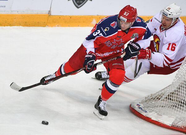 Форвард ЦСКА Владимир Жарков (слева) и нападающий Йокерита Маси Марьямяки