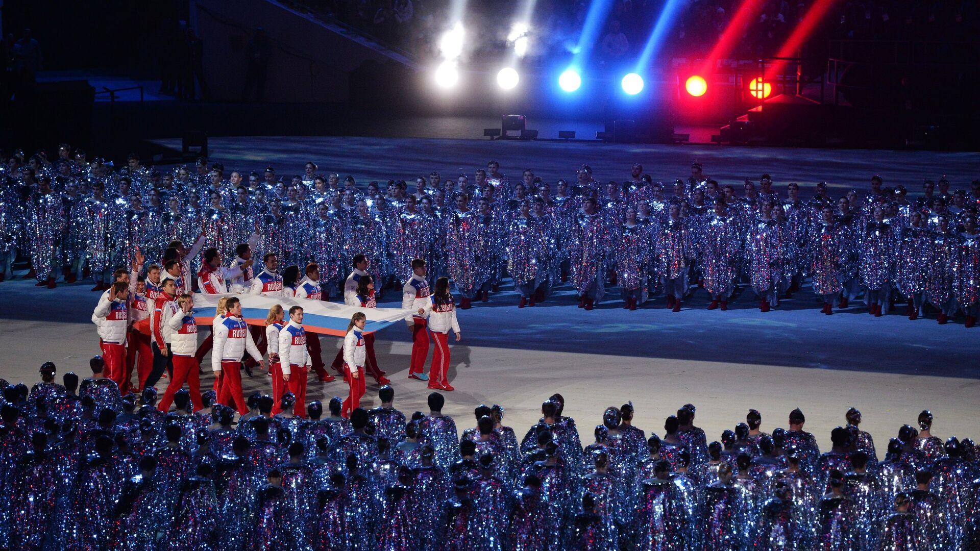 Спортсмены олимпийской сборной России выносят российский флаг - РИА Новости, 1920, 13.03.2021