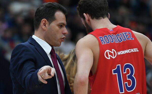 Защитник ЦСКА Серхио Родригес (справа) и главный тренер ЦСКА Димитрис Итудис
