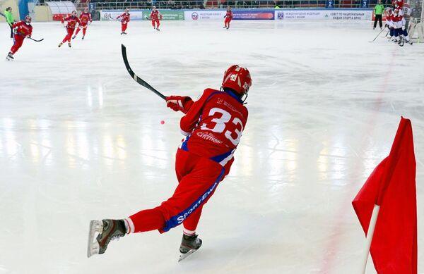 Игрок сборной России по хоккею с мячом Андрей Прокопьев