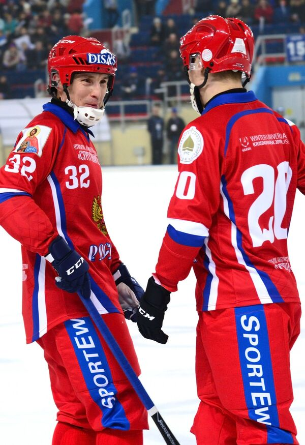 Игроки сборной России по хоккею с мячом Павел Булатов и Владимир Каланчин (справа)