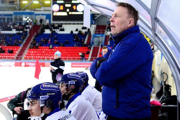 Главный тренер сборной команды Финляндии Антти Парвиайнен (справа)