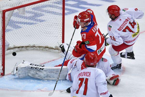 Форвард сборной России Кирилл Капризов (в центре)