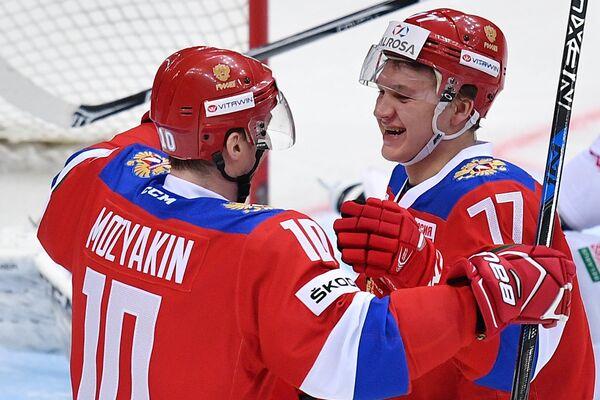 Хоккеисты сборной России Сергей Мозякин (слева) и Кирилл Капризов