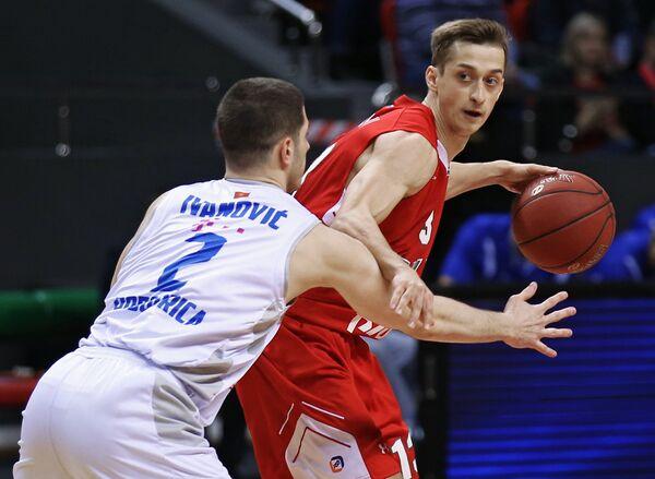 Защитник БК Локомотив-Кубань Дмитрий Хвостов (справа) и защитник БК Будучность Никола Иванович