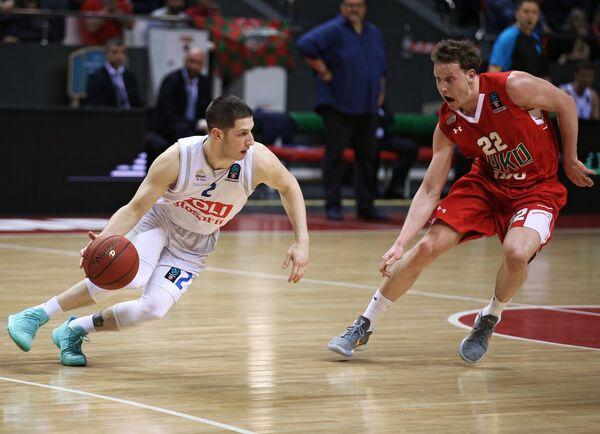 Защитник БК Локомотив-Кубань Дмитрий Кулагин (справа) и центровой БК Будучность Никола Иванович
