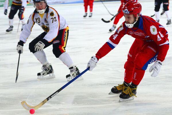Игрок сборной России по хоккею с мячом Вадим Архипкин (справа) и игрок сборной Германии по хоккею с мячом Сергей Нааб